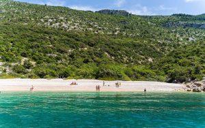 wild-beach-cres-krnica-istria-boat